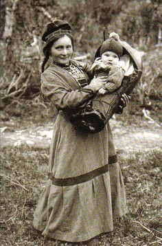 Sami woman by AnnaRu Old Photos, Vintage Photos, Lappland, Photo Libre, Folk Costume, My Heritage, People Of The World, Mother And Child, First Nations