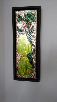 Peras repujadas con pintura de vitral