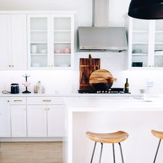 White shaker cabinets are the epitome of classic taste in the kitchen design and bring a special kind of harmony, balance, and consistency to the kitchen space.   Contact us today for a free, no-obligation estimate and 3D design on your favorite white shaker kitchen cabinet design!   #whiteshaker #whiteshakercabinets #whiteshakerkitchen #kitchendesign #kitchenremodel #whiteshakerkitchen #interiordesign #interiordesigner #hireadesigner #designmatters #dreamkitchen #whiteshakercabinetry