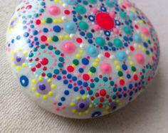 Piedra grande  Pintada a mano Mandala Circulos por ColorBakalito