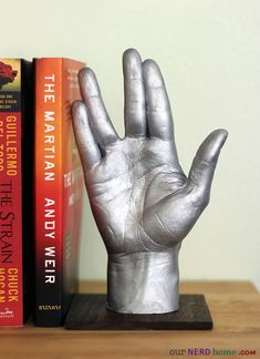"Selbstgemachter Bücherständer - sehr cool -- ""This Homemade Star Trek Vulcan Salute is Ideal for Fans of the Series"""
