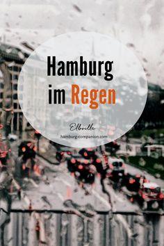 Immer nur Sonne? Schön, aber auf Dauer auch langweilig. Echtes Hamburger Schietwetter dagegen kennt viele Facetten: Platzregen, Nieselregen, Graupelschauer, Nebelschwaden… Wofür gibt's Regenjacken und Gummistiefel? Wenn dir eine frische Brise feine Tropfen ins Gesicht sprüht und dir den Kopf lüftet, wenn Hamburg glänzt und leuchtet, dann ist das kein Weltuntergang – zumal man sich in Hamburg bei schlechtem Wetter alles andere als grämen muss … Mehr auf meinem Hamburg Blog! Kiwi, Berlin, Traveling, Landscape, Room, Movie Posters, Outdoor, Hamburg, Viajes