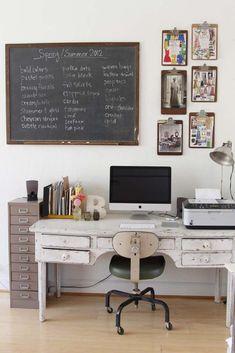 Fed industriel kommode!!! Og tavlen er super lækker! Tænker at man kan male en direkte på vægen med tavlemaling, og sætte en snor op med træklemmer til papier.
