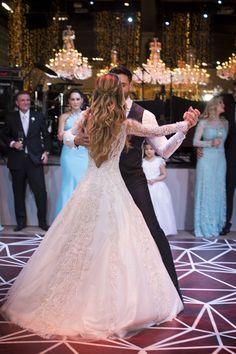 """Karina Flores e Fabio Oliveira disseram o """"sim"""" em um casamento em São Paulo, que aconteceu na Casa Petra. As fotos são de Anna Quast e Ricky Arruda. Bridal Hair Updo, Wedding Hair And Makeup, Wedding Dressses, Wedding Gowns, Princess Wedding Dresses, Bridal Dresses, Wedding Pics, Dream Wedding, Mode Hijab"""