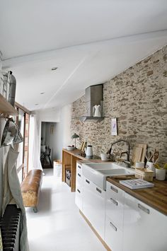 The old kitchen is reinventing itself! - Trendy Home Decorations Studio Kitchen, Old Kitchen, Rustic Kitchen, Kitchen Dining, Kitchen Decor, Kitchen Stone Wall, Kitchen Cupboards, Cuisines Design, Facade House