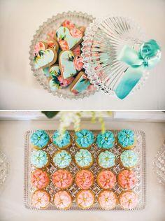 Chá de Cozinha Romântico | http://marionstclaire.com/cha-de-cozinha-romantico bridal shower,chá de cozinha,chá de panela,flowers,flowered,romantic,cookies,heart cookies,printed cookies
