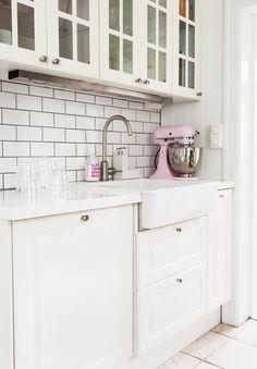 white kitchen//pink kitchen aid..