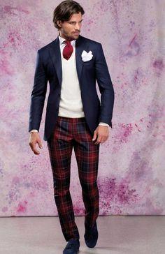 Comprar ropa de este look: https://lookastic.es/moda-hombre/looks/blazer-jersey-de-pico-camisa-de-vestir-pantalon-chino-mocasin-con-borlas-corbata-panuelo-de-bolsillo/9661 — Camisa de Vestir Blanca — Corbata Roja — Pañuelo de Bolsillo Blanco — Jersey de Pico Beige — Blazer Azul Marino — Pantalón Chino de Tartán Rojo y Azul Marino — Mocasín con Borlas de Ante Azul Marino