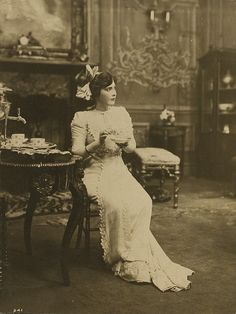 A richly elegant image of Edwardian actress Fannie Ward enjoying a spot of tea. #actress #vintage #Edwardian #Fannie_Ward #1900s #tea #elegant
