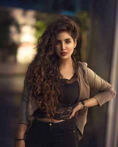 Stunning portrait photography - The girl looks fabulous Stunning Girls, Beautiful Girl Photo, Cute Girl Photo, Beautiful Girl Indian, Beautiful Indian Actress, Stunningly Beautiful, Gorgeous Hair, Cute Girl Poses, Girl Photo Poses