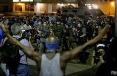 Pin for Later: Les Emeutes à Ferguson en 21 Images  Les manifestants se sont retrouvé face à des forces de police en tenue de combat.
