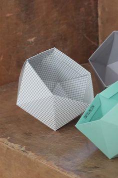 Eine weiße geometrische Schüssel mit einem schwarzen Raster, Druck, hergestellt aus laminierten dickes Papier. Ideal für die kleinen Dinge auf Ihrem Schreibtisch und auch einsetzbar für kleine Pflanzen wie Kakteen oder Sukkulenten.  Die GeoBold ist für selbst Falten. Es kommt mit Anweisungen, und es ist super einfach zu falten.  Maße: Durchmesser: 11 cm | 4,3 Zoll Tiefe - 10 cm | 3,9 Zoll  Klicken Sie hier, für alle anderen erhältlich Farben…