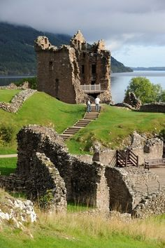 Urquhart Castle sits beside Loch Ness in the Highlands of Scotland Castles In Ireland, Scotland Castles, Scottish Castles, Loch Ness Scotland, Beautiful Castles, Beautiful Places, Romanian Castles, Inverness Castle, Urquhart Castle