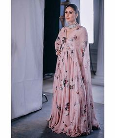 She's real and reel warrior — Gorgeous Kareena Kapoor Khan for Malabar Gold and. Pakistani Dresses Casual, Indian Gowns Dresses, Indian Attire, Indian Outfits, Indian Wear, Sonam Kapoor, Deepika Padukone, Indian Designer Outfits, Designer Dresses