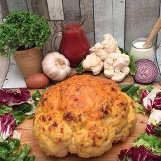 Kalafior pieczony w całości nadziewany mięsem mielonym, w serowej skorupce