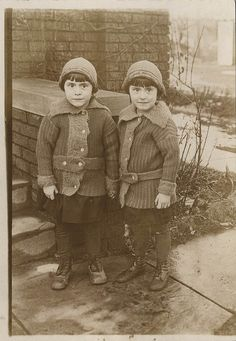 vintage photo of twins Vintage Children Photos, Vintage Twins, Vintage Pictures, Old Pictures, Vintage Images, Old Photos, Antique Photos, Vintage Photographs, Photo Vintage