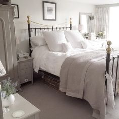 Cottage bedroom ideas photos gorgeous white grey bedroom guest room in bedroom decor cosy bedroom shabby chic bedrooms decorating shelves like joanna gaines Shabby Chic Grey Bedroom, Shabby Chic Living Room, Shabby Chic Homes, Trendy Bedroom, Shabby Chic Furniture, Cosy Grey Bedroom, White Furniture, Cosy Bedroom Romantic, Cheap Furniture
