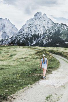 Tagesausflug in den Nationalpark Gesäuse auf VANILLAHOLICA.com . Wandern im Nationalpark Gesäuse in Österreich ist ein einziges Abenteuer. Man kommt schon bei einfachen und kurzen Wanderwegen vorbei an wunderschönen Gebirgsseen, Gletschern, und Flüssen. Großteil des Gesäuses wird von einer gewissen Alpen Art, den Kalkalpen eingenommen. Der Park steht unter Naturschutz und die unberührte, wahre Natur lässt sich da noch sehen. Ein Tagesausflug für die ganze Familie ist es auf alle Fälle wert. World Pictures, Mount Everest, Travel Inspiration, Mountains, Day Trips, River, National Forest, Alps, Vegane Rezepte