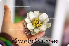Flor de loto hecho con cartones de huevos