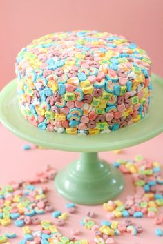 This lucky charms cake is easy to make and perfect for St. Crunchy marshmallows coat a blissfully indulgent cake. It& a dessert that will add a little magic to your next gathering! Cute Cakes, Pretty Cakes, Köstliche Desserts, Dessert Recipes, Vanilla Cake Mixes, Sweet Treats, Yummy Treats, Cakepops, Creative Cakes