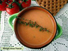 Una gustosa e delicata vellutata di pomodori preparata senza burro ne' panna. Inoltre è facilissima da preparare sia con i pomodori freschi che in lattina.