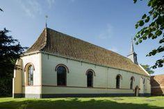 De heilige Gangulfus, een Bourgondische edelman uit de 8e eeuw die in de Friese gebieden het woord Gods zou hebben verkondigd, waakt over deze kerk. Een gedenksteen in de westgevel vermeldt dat de kerk in 1427 is gebouwd. | Visvliet | Groningen