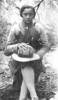Maria Bonita – Maria Gomes de Oliveira, nasceu  em 8 de marco de 1911 e cresceu no povoado Malhada da Caicara que se localiza no municipio de Paulo Afonso, na epoca municipio Gloria na Bahia. Foi a primeira mulher a participar de um grupo de cangaceiros. Wikipédia, a enciclopédia livre