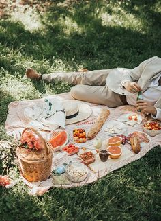 Picnic in Central Park (By Tezza) Picnic Date, Beach Picnic, Summer Picnic, The Picnic, Comida Picnic, Dream Dates, Vintage Picnic, Romantic Picnics, Oui Oui