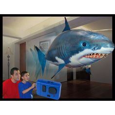 Requin volant télécommandé Gonflable hélium Poisson radiocommandé  Il nage dans l'air avec un mouvement incroyablement lisse qui ressemble à celui d'un vrai requin. Ce ballon requin s'utilise en intérieur, même dans la plus petite des pièces (non recommandé pour une utilisation en extérieure), afin d'amuser vos enfants les plus jeunes.