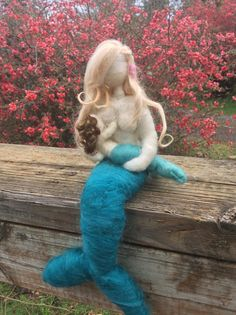 Mediano tamaño aguja de fieltro sirena por radishwoolworks en Etsy Felt Roses, Felt Flowers, Fabric Flowers, Ribbon Flower Tutorial, Hair Bow Tutorial, Mermaid Fairy, Mermaid Dolls, Little Mermaid Parties, The Little Mermaid