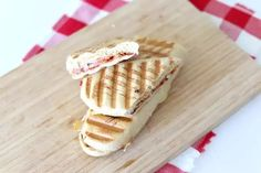 Pizza tosti (+video) - Lekker en Simpel Calzone, Pizza, Lunches, Smoothies, Bread, Snacks, Desserts, Food, Smoothie