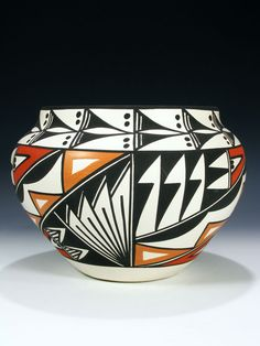 Traditional Acoma pottery is made using a slate-like clay found within the hills surrounding the Pueblo. Native American Baskets, Native American Artwork, Native American Design, Native American Pottery, Ceramic Pottery, Pottery Art, Ceramic Art, Slab Pottery, Pottery Studio