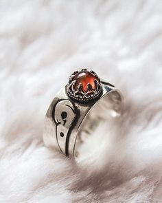 A custom ring with an old carnelian gemstone out of recycled silver. I love doing this giving your old sentimental jewelry a new life making them ready to wear once again.  #raven #ravenring #ravenjewelry #crow #crowring #crowjewelry #huginmunin #hugin #munin #odin #morrigan #morrigu #fea #nemon #macha #badbh #beansidhe #banshee #sidhe #goth #gothjewelry #gothring #garnetring #carnelianjewelry #bloodring #bloodjewelry #pagan #paganjewelry #paganring