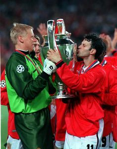 "MAY UEFA Champions League Final, Barcelona, Spain, Manchester United 2 v Bayern Munich Manchester United's Ryan Giggs kisses the trophy as captain Peter Schmeichel ""the oak tree"" passes it to him Football Pitch, Football Players, Man Utd Squad, Peter Schmeichel, Bobby Charlton, Premier League Champions, European Cup, Manchester United Football, Football Photos"