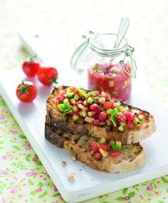 Salsa cruda di pomodori e cetrioli marinati al basilico