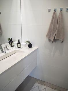 Talokierroksen pysäkki on tällä kertaa alakerran vessassa. Talon yläkerran ja alakerran vessat ovat periaatteessa hyvin samanlaiset. Al...