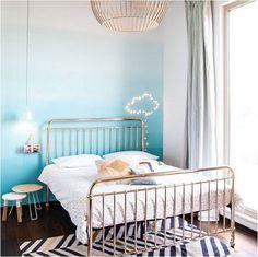 chambre dado avec un lit en fer forg de couleur cuivre mur tie - Suspension Ado