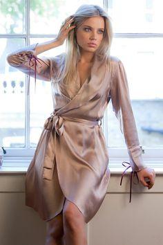 jolie fille blonde en robe de chambre femme, peignoir satin beige