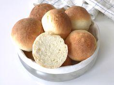Äntligen har jag lyckats ta fram ett recept på näst intill perfekta glutenfria frallor. Degen blir så lätt att hantera att man inte ens behöver mjöl vid utbakningen och frallorna blir härligt... Lchf, Food N, Food And Drink, Our Daily Bread, Fika, Dessert, Fodmap, Bread Baking, Gluten Free