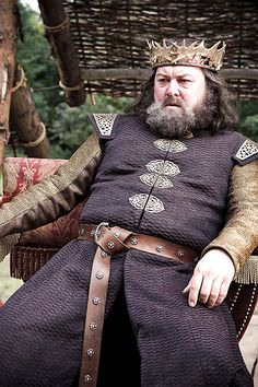 Puzzling Game of Thrones Question King Robert Baratheon (Mark Addy) watches the tournament for the Hand of the Kin. King Robert Baratheon (Mark Addy) watches the tournament for the H. Game Of Thrones Imdb, Costumes Game Of Thrones, Game Of Thrones Fans, Robert Game Of Thrones, Game Of Thrones Characters, Jon Snow, Cersei Lannister, Daenerys Targaryen, Game Of Thornes
