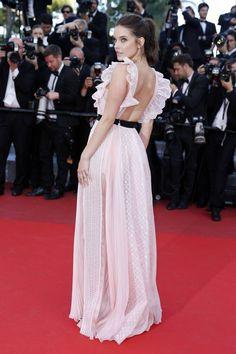 Barbara Palvin a la beauté candide qu'on adore. En robe dos nu rose, elle est sublime.