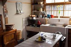 일본스타일 주방인테리어 자료오늘 소개해 드릴 인테리어는 대부분 원목으로 되어 있는 주방공간인데요 정... Cottage Kitchens, Home Kitchens, Japanese Style House, Sweet Home, Japanese Kitchen, Japanese Interior, Cozy House, Kitchen Interior, Kitchen Storage