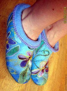 """Обувь ручной работы. Ярмарка Мастеров - ручная работа Чуни """"Весна"""" на подошве. Handmade. Elf Slippers, Felted Slippers, Nuno Felting, Needle Felting, Felt Boots, Felt Pictures, Slipper Boots, Fabric Manipulation, Felt Art"""