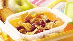 Kids can help assemble this 10 minute snack mix. Raisins add a nutritional boost. Snack Mix Recipes, Fudge Recipes, Snack Mixes, Chex Recipes, Breakfast Recipes, Recipies, Best Easy Fudge Recipe, Granola Barre, Raisin Sec