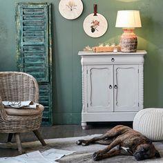 Wir sind verliebt in romantisches Interieur im nostalgisch anmutenden Country-Style!⠀ #vitrine #zuhause #interior #wohnen #einrichten #home #living #shabby #shabbychic #cozyhome #dekoliebe #interiorinspo #interiorinspiration #homedeco #homeinterior #homeinspiration #kommode #interiordecorating #wohnzimemr #charminghomes #dekoration #shabbyhome #colorful #retro #vintage #dogsofinstagram