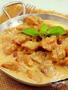 Lo Spezzatino di maiale alla senape è un vero e proprio must della gastronomia rustica, perfetto per un pranzo in famiglia o un'occasione speciale.