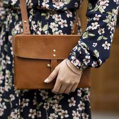 Tenue pour le printemps avec une robe longue àfleurs, un sac besace camel vintage, un bracelet en or rose : http://www.taaora.fr/blog/post/look-printemps-ete-robe-longue-fleurie-mint-and-berry-sac-bandouliere-retro-marron-cuir-rigide #look #outfit