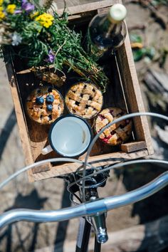 Gluten-free Mini Pies and a Picnic at the Lake - Our Food Stories Comida Picnic, Elsie De Wolfe, Picnic Time, Picnic Parties, Summer Picnic, Mini Pies, Slow Living, Country Life, Summertime
