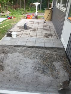I början på juni gjorde vi en till terass. Man kommer ut på terassen både från vardagsrummet och tvättrummet! Denna terass, tillskillnad från den andra terassen, är gjord av stenplattor. Vi h…