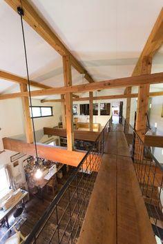 2階の2部屋をつなぐ、吹き抜けにかかる渡り廊下。建築作業用の鉄製の足場の板の上に板を敷いた。手すりはKINTAさんが制作。
